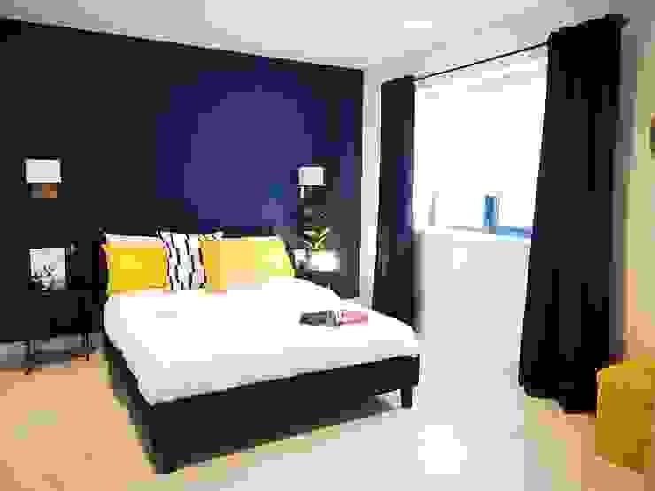Contrasting navy bedroom من THE FRESH INTERIOR COMPANY حداثي رخام