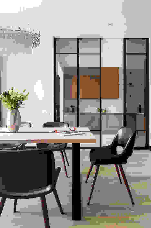 Modern dining room by Raumplus Modern