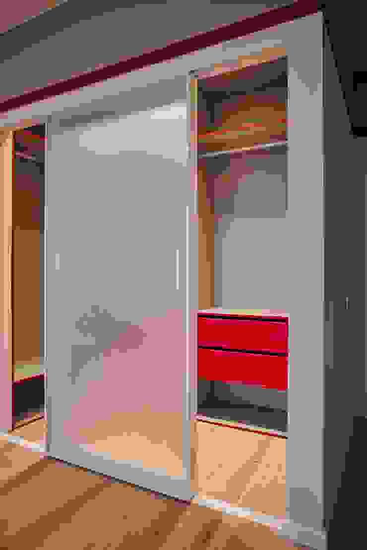 Minimalist dressing room by Raumplus Minimalist