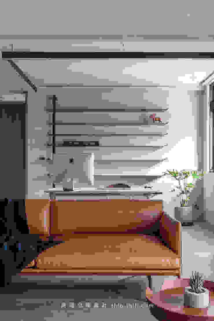 Reading and living area: 現代  by 湜湜空間設計, 現代風 金屬
