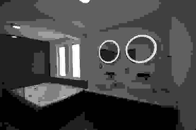 Minimalistische Badezimmer von Casa Época Arquitectos Minimalistisch