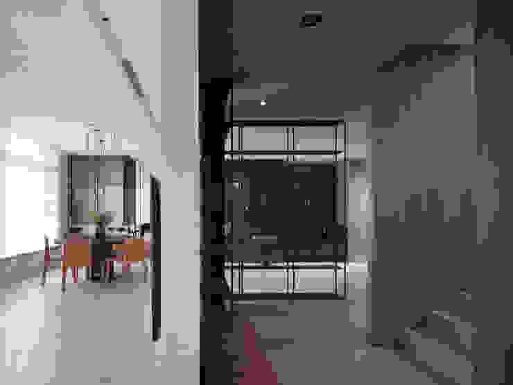 我們住一起 现代客厅設計點子、靈感 & 圖片 根據 創境國際室內裝修有限公司 現代風 水泥