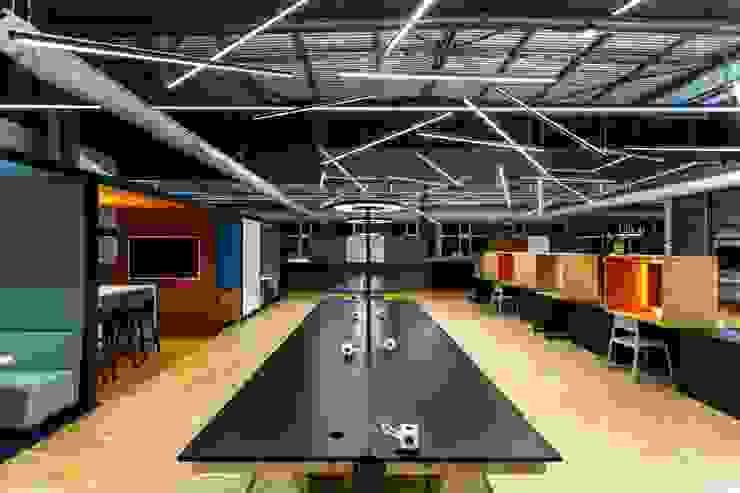 Großraumbüro Industriale Bürogebäude von stanke interiordesign Industrial
