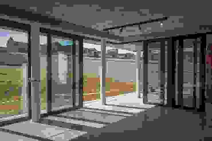 Waterfall Estate Modern living room by Urban Habitat Architects Modern