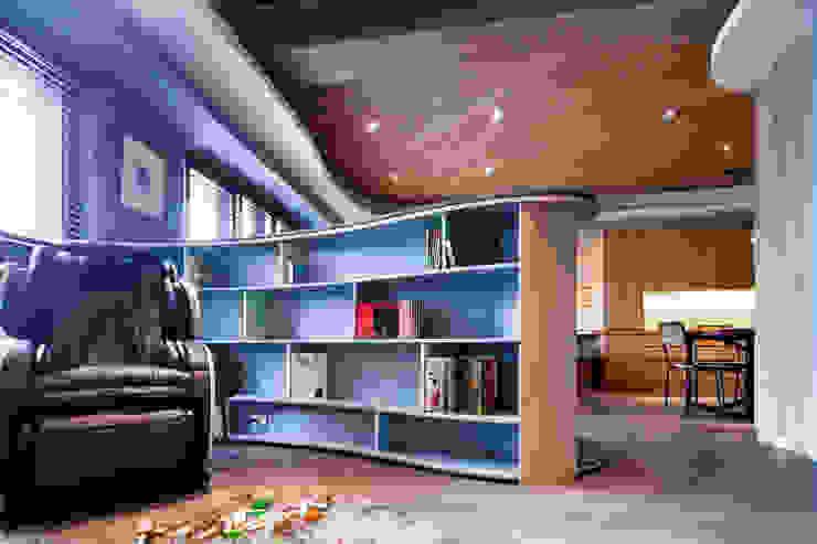 起居室 兒童遊戲/閱讀區 根據 居間設計 殖民地風