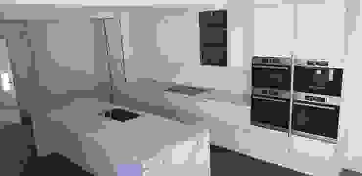 Cocina blanca con electrodomesticos integrados e isla central de Decodan - Estudio de cocinas y armarios en Estepona y Marbella Minimalista