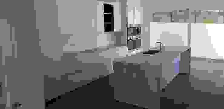 Cocina moderna en cristal blanco mate sin tiradores de Decodan - Estudio de cocinas y armarios en Estepona y Marbella Moderno