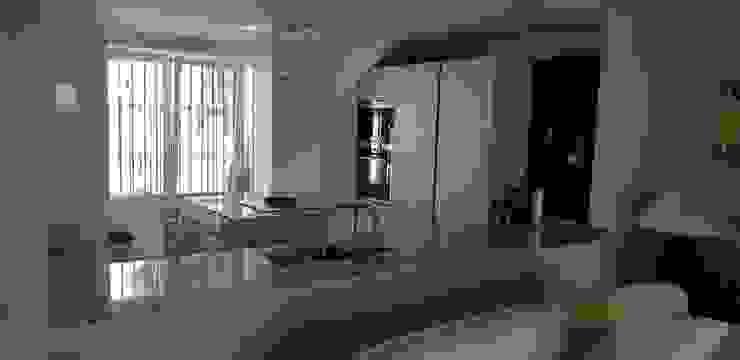 Cocina abierta al salon con encimera de granito Naturamia de Decodan - Estudio de cocinas y armarios en Estepona y Marbella Moderno