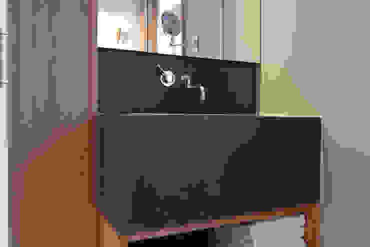 Betonwaschbecken jenseits von Grau: modern  von material raum form,Modern Beton