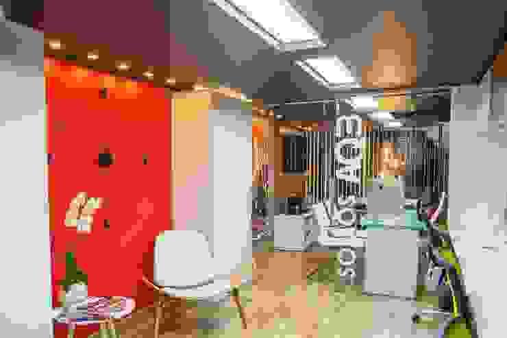 oficina Pasillos, vestíbulos y escaleras modernos de AQ3 COL SAS Moderno
