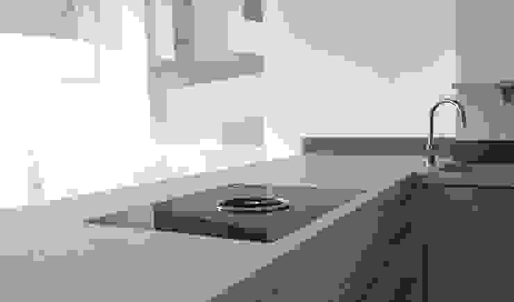 Terrazzoarbeitsplatte mit flächenbündigem Kochfeld: modern  von material raum form,Modern Beton