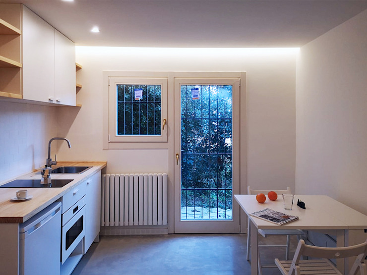 Can Basseda, reforma A. Cocina-comedor de Oficina Urbana Mediterráneo