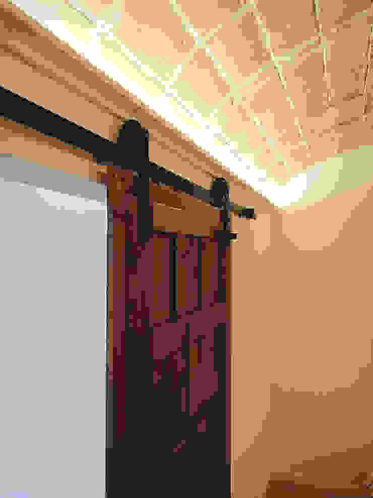Can Basseda, reforma A. Puerta corredera antigua de Oficina Urbana Mediterráneo