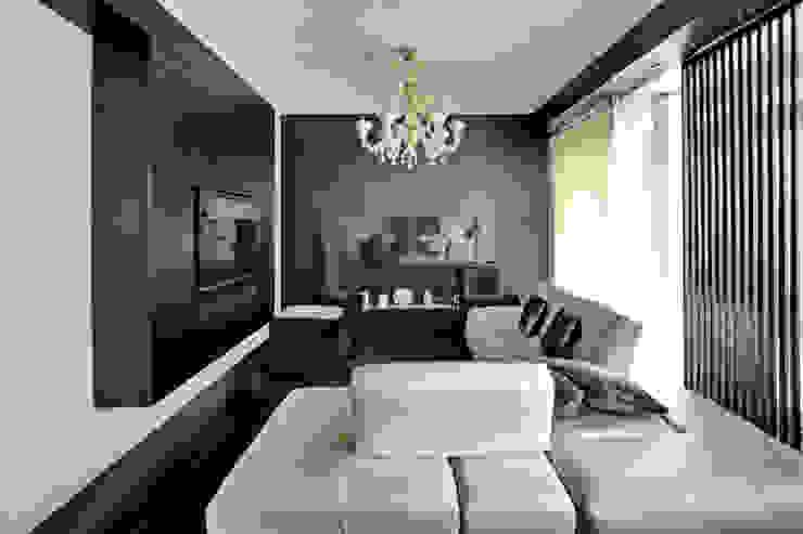 il soggiorno e sullo sfondo il camino Soggiorno moderno di Altro_Studio Moderno Legno Effetto legno
