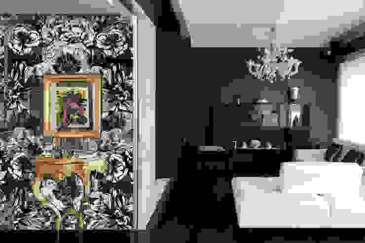 dettaglio del soggiorno dall'ingresso Ingresso, Corridoio & Scale in stile moderno di Altro_Studio Moderno Legno Effetto legno