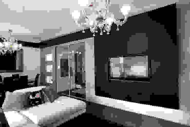 il soggiorno e sullo sfondo l'ingresso Soggiorno moderno di Altro_Studio Moderno Legno Effetto legno