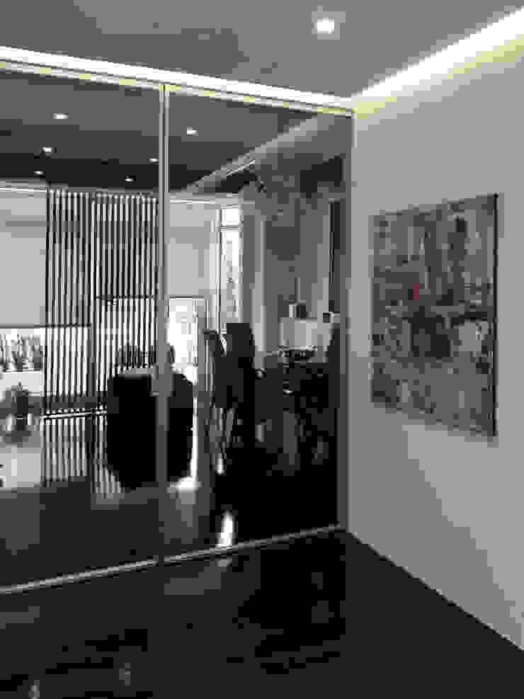 l'ingresso con vetrata scorrevole Ingresso, Corridoio & Scale in stile moderno di Altro_Studio Moderno