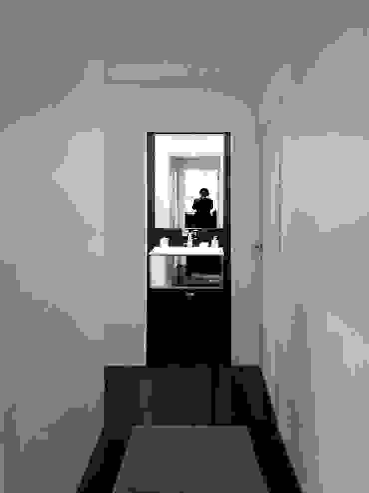 il disimpegno e sullo sfondo il bagno Bagno moderno di Altro_Studio Moderno