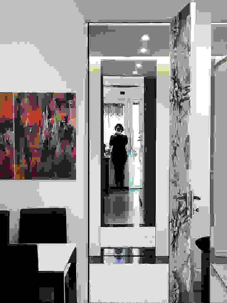 la cucina e sullo sfondo l'ingresso di Altro_Studio Moderno