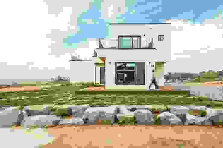 화이트 톤 외관, 그리고 넓은 창 by 한글주택(주) 클래식 철근 콘크리트
