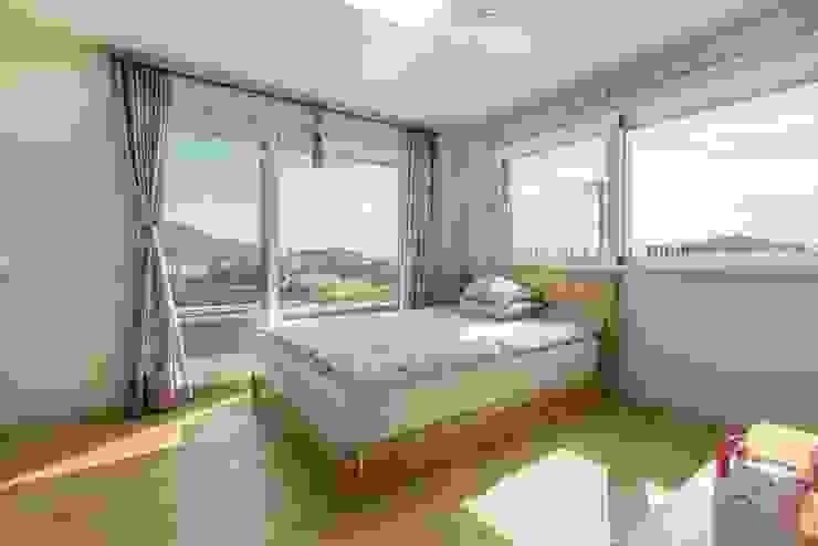 테라스와 연결된, 햇살이 드는 침실 모던스타일 미디어 룸 by 한글주택(주) 모던