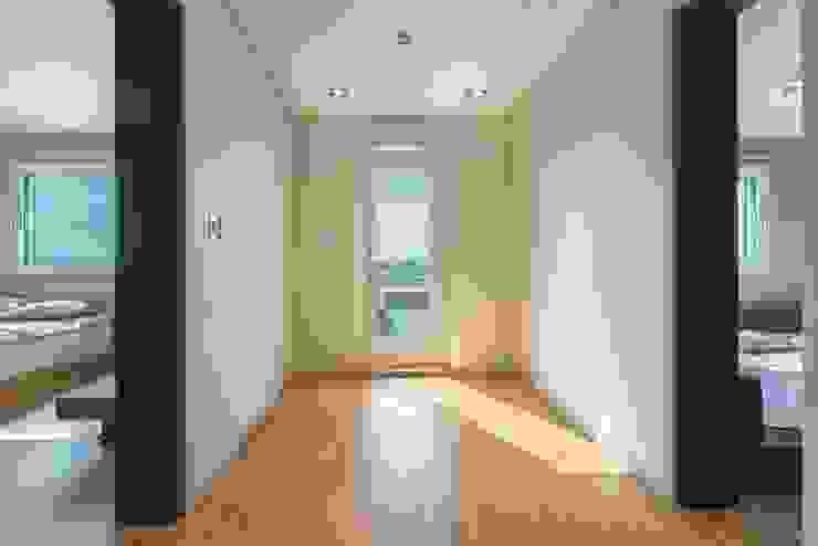 2층의 작은 가족실 모던스타일 복도, 현관 & 계단 by 한글주택(주) 모던