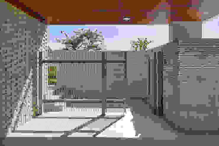 Pasillos, vestíbulos y escaleras de estilo moderno de 서가 건축사사무소 Moderno Metal