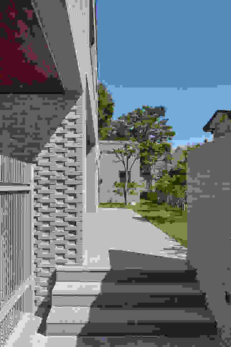 Pasillos, vestíbulos y escaleras de estilo moderno de 서가 건축사사무소 Moderno Ladrillos