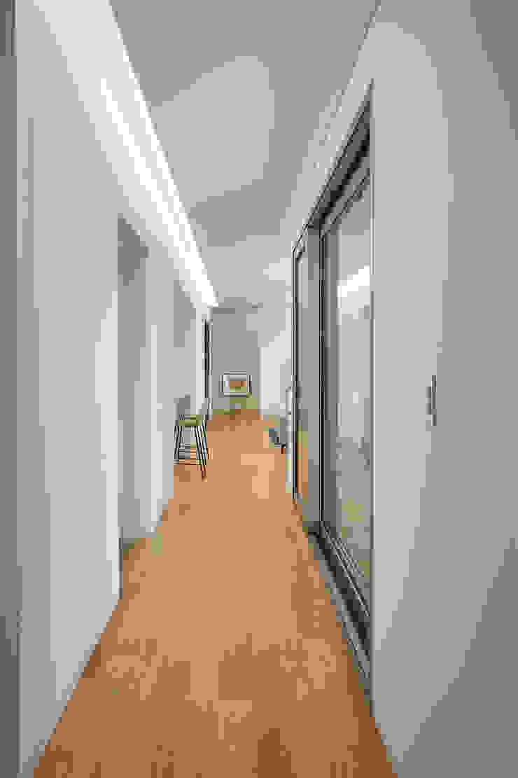 Modern corridor, hallway & stairs by 서가 건축사사무소 Modern Wood Wood effect
