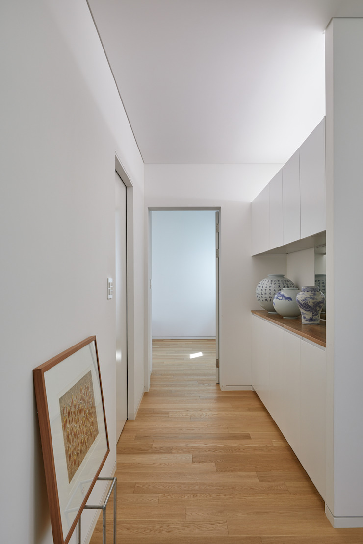 Pasillos, vestíbulos y escaleras de estilo moderno de 서가 건축사사무소 Moderno Madera Acabado en madera