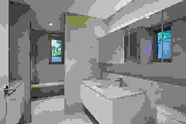 Modern style bathrooms by 서가 건축사사무소 Modern Tiles