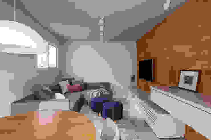 SALA MULTIFUNCIONAL MODERNA E ACONCHEGANTE Mirá Arquitetura Salas de estar modernas Tijolo Multi colorido