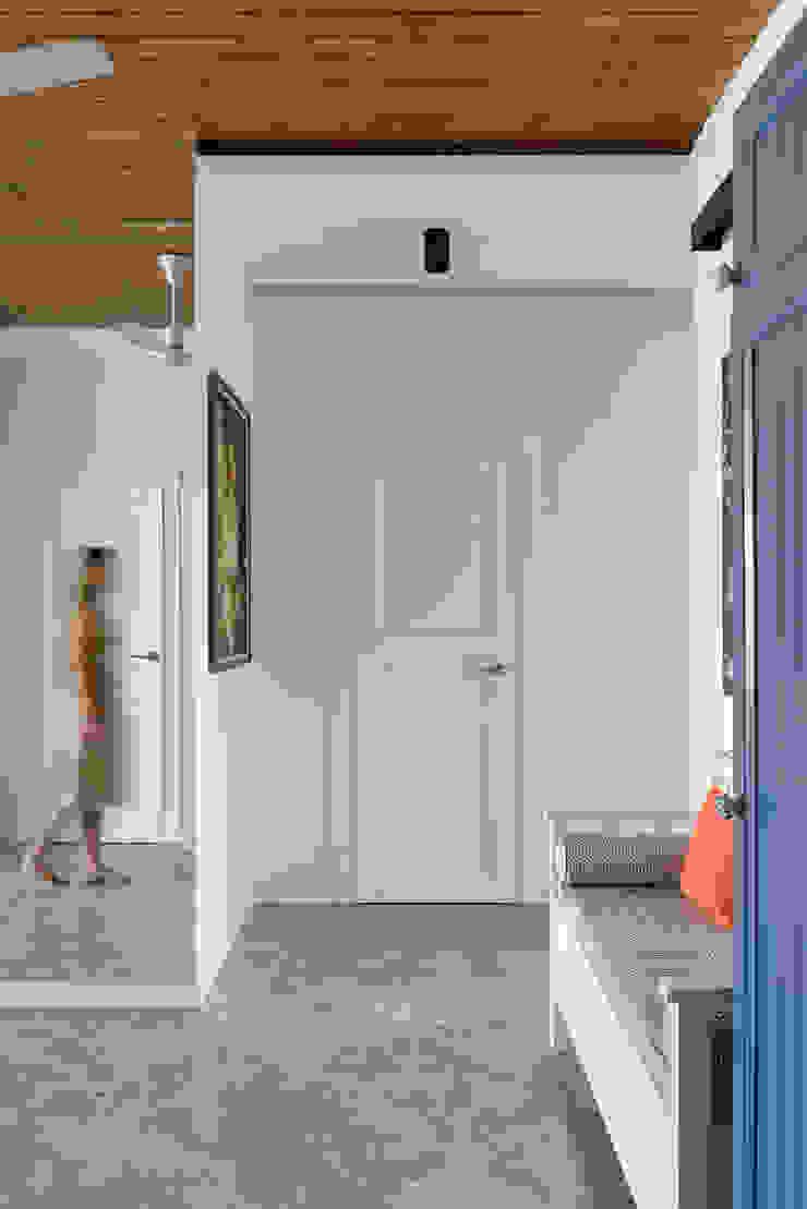 """<q class=""""-first"""">Forever young</q>. White Cozy Home. SAZONOVA group Коридор, прихожая и лестница в скандинавском стиле"""