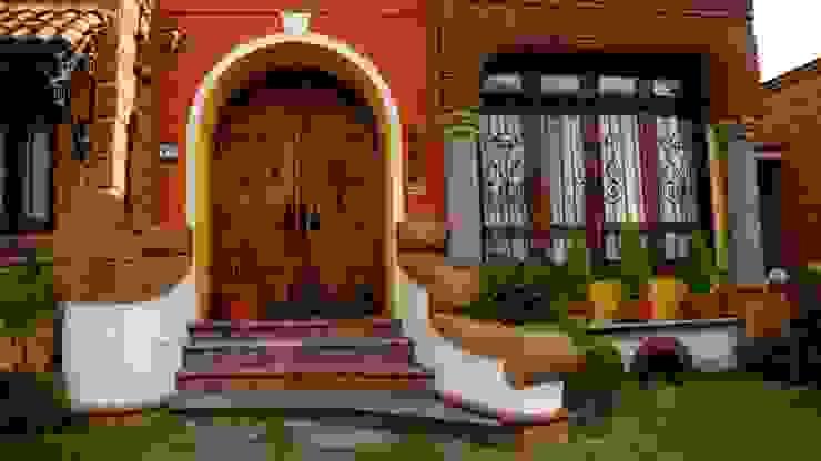 Fachada. cúpe Casas coloniales Acabado en madera