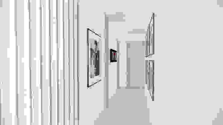 Hall alcobas. Pasillos, vestíbulos y escaleras de estilo moderno de DIKTURE Arquitectura + Diseño Interior Moderno Madera Acabado en madera