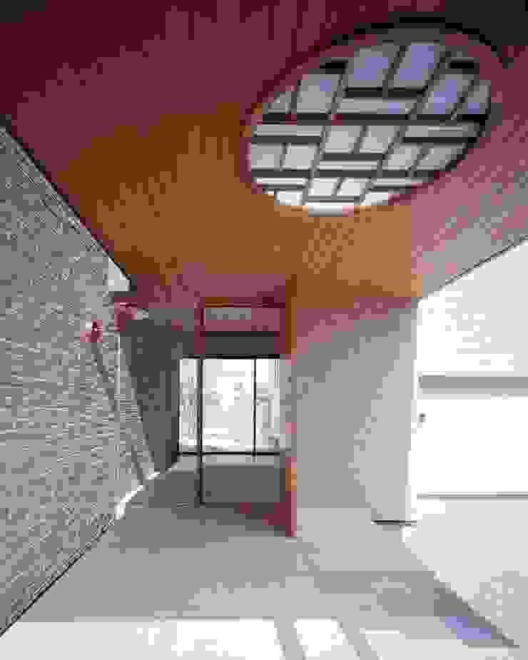 米杉の板張りが特徴的なエントランスホール モダンスタイルの 玄関&廊下&階段 の イクスデザイン / iks design モダン 無垢材 多色
