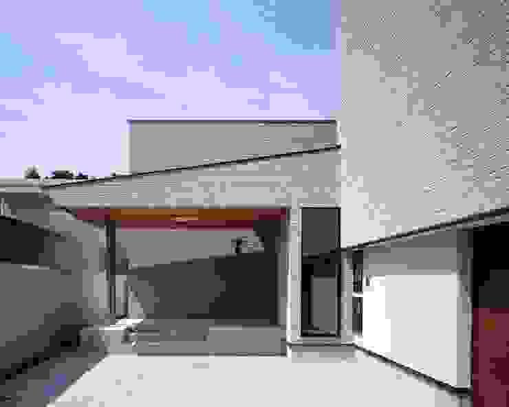 外壁のタイルの質感を重視したエントランス モダンスタイルの 玄関&廊下&階段 の イクスデザイン / iks design モダン タイル