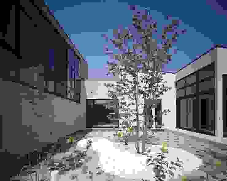 家の様々場所から望める外部からの視線を気にしない中庭 モダンな庭 の イクスデザイン / iks design モダン タイル