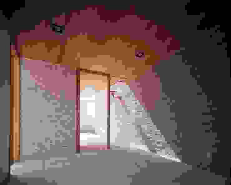 日差しがタイルの質感を強調するエントランスホール モダンスタイルの 玄関&廊下&階段 の イクスデザイン / iks design モダン タイル