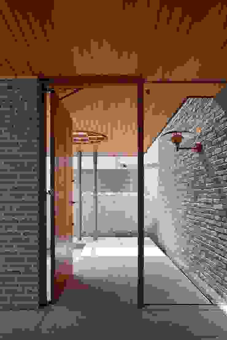 室内から外部へと続く米杉の天井材 モダンスタイルの 玄関&廊下&階段 の イクスデザイン / iks design モダン 無垢材 多色