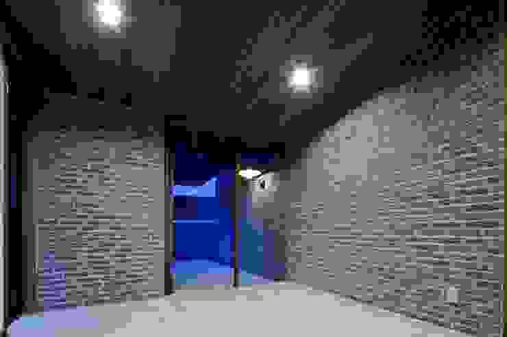 米杉とタイルと御影石と質感を重視したエントランス モダンスタイルの 玄関&廊下&階段 の イクスデザイン / iks design モダン タイル