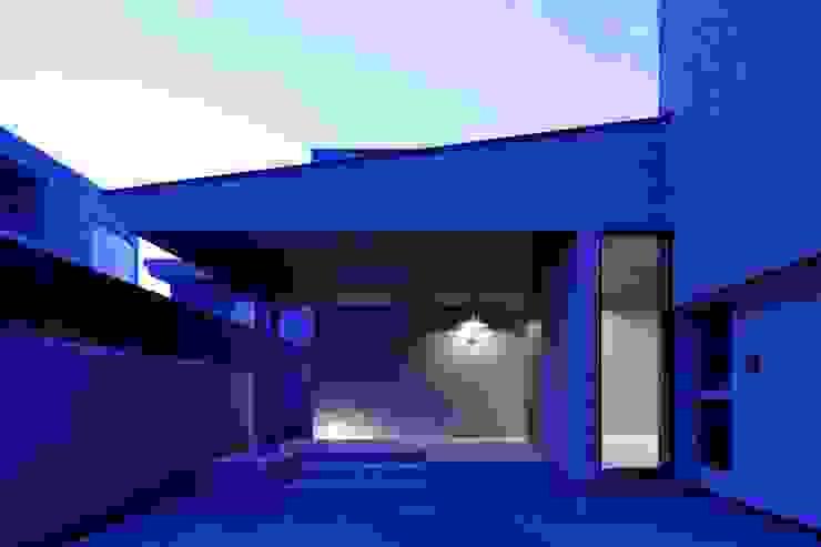 ルイスポールセンの銅の照明がタイルの質感を引き立たせる夜のエントランス モダンスタイルの 玄関&廊下&階段 の イクスデザイン / iks design モダン タイル
