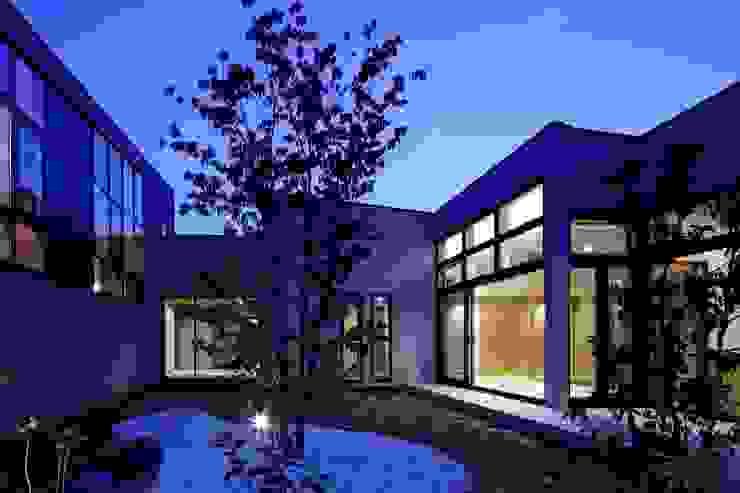 寝室から続く中庭の夕景 モダンな庭 の イクスデザイン / iks design モダン