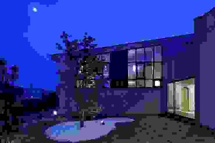 中庭の夕景 モダンな庭 の イクスデザイン / iks design モダン