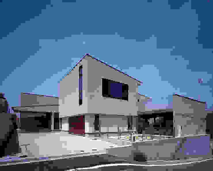 質感ある外壁タイルとガラス手すり の イクスデザイン / iks design モダン タイル