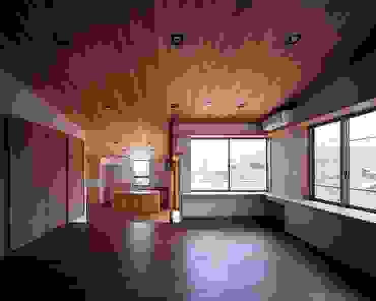 美しい米杉の天井材が印象的な空間 モダンデザインの リビング の イクスデザイン / iks design モダン 無垢材 多色