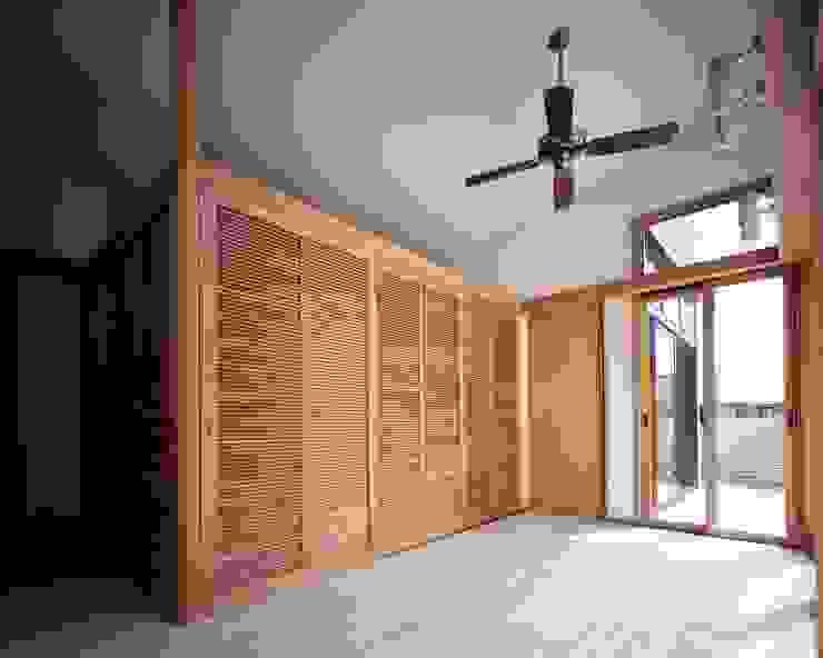 寝室から中庭へつながるブレックファーストコーナー モダンスタイルの寝室 の イクスデザイン / iks design モダン タイル