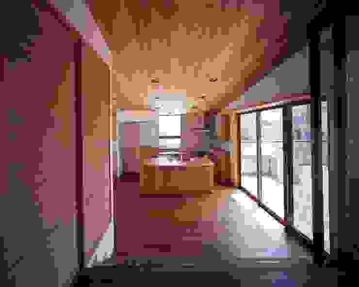 米杉の天井材、ウォールナットのフローリング、チェリーのキッチン モダンデザインの ダイニング の イクスデザイン / iks design モダン 無垢材 多色