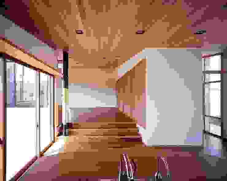 キッチンからリビングを望む モダンデザインの ダイニング の イクスデザイン / iks design モダン 無垢材 多色