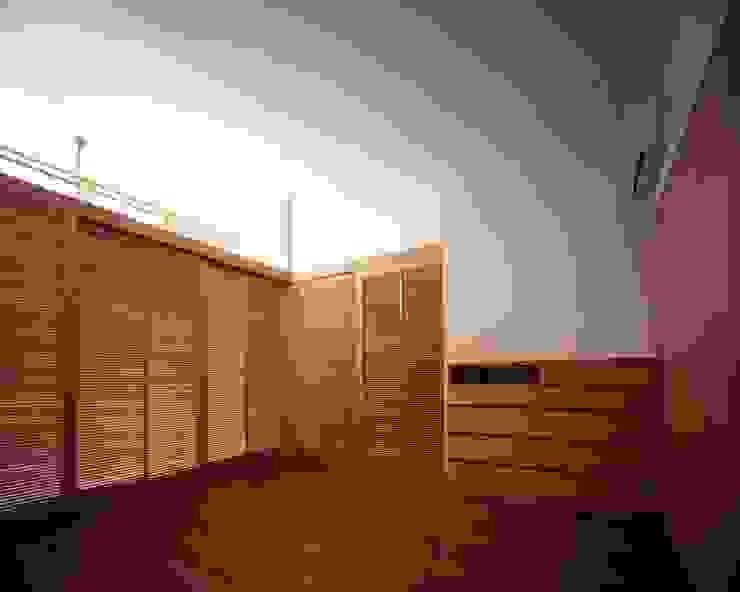 格子戸で仕切られた寝室 モダンスタイルの寝室 の イクスデザイン / iks design モダン 無垢材 多色